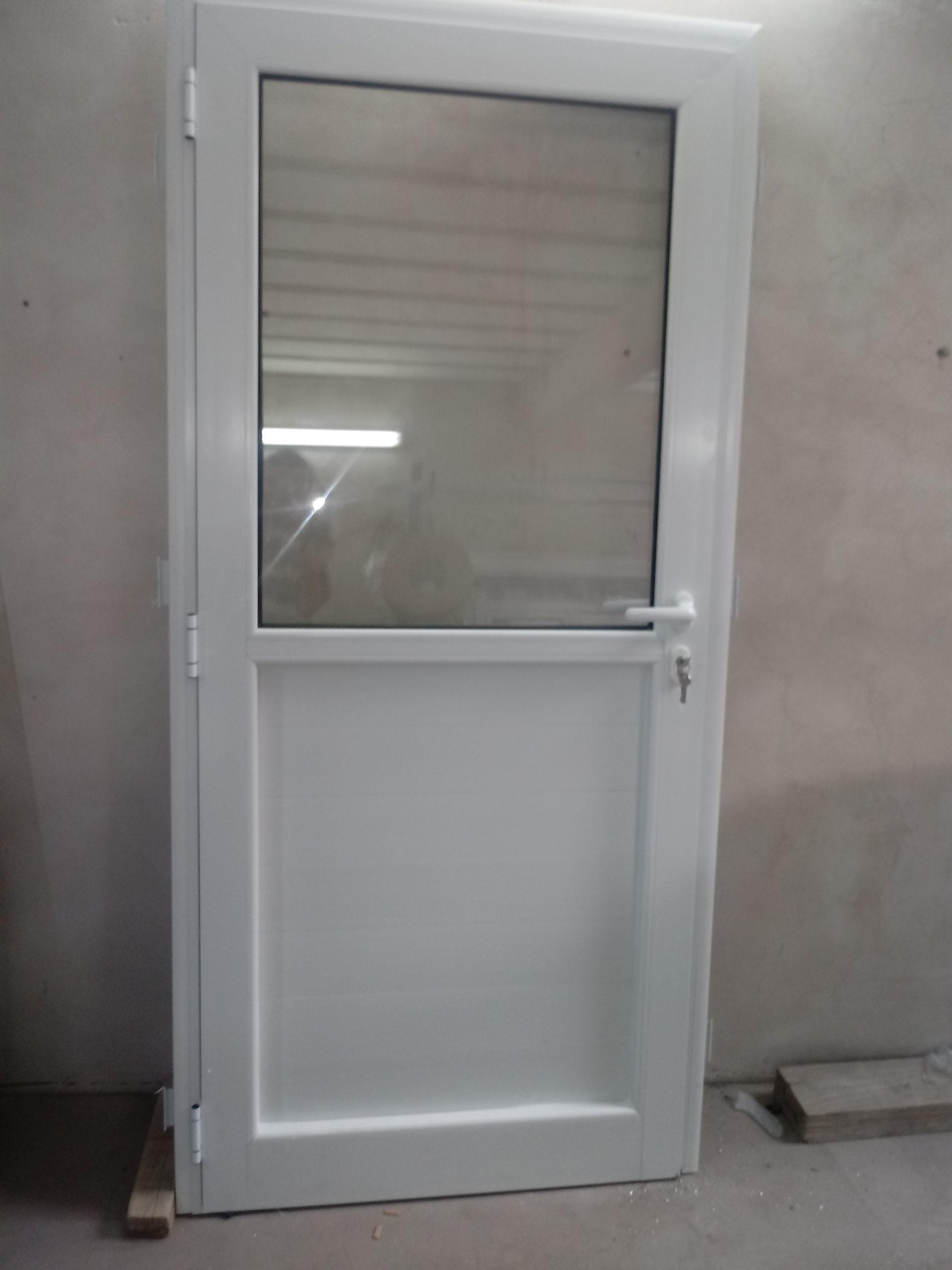 Media puerta de aluminio y vidrio