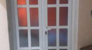 Puerta de aluminio con vidrio repartido